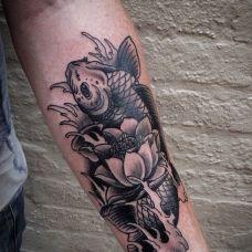 个性的小臂鲤鱼纹身图片