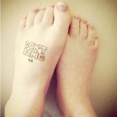 个性脚部黑白英文纹身图案大全