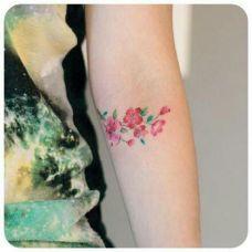 女生纹身花朵图案图片