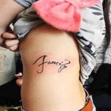 女生腰上字母纹身图片