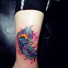 女生纹身孔雀羽毛图案素材