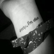 女性手腕上黑白个性英文字母纹身