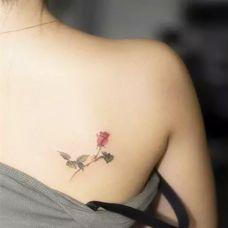 女性背部纹身图片花朵