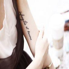 大臂内侧漂亮的英文纹身图案