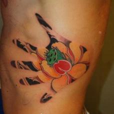 另类的手掌莲花纹身图案
