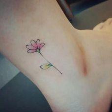 女生的脚踝纹身花朵图片