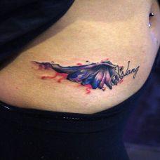 女性腹部彩色泼墨翅膀纹身图案