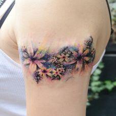 手臂彩色星空花纹身图案