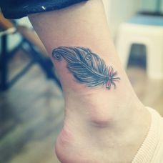 女生羽毛脚踝纹身图片