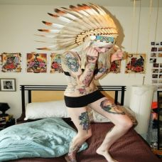 美女个性张扬的全身纹身