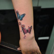手腕蝴蝶纹身图片素材