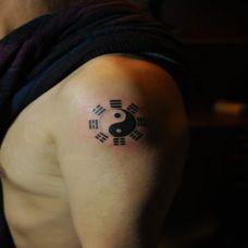 男生大臂八卦纹身图片