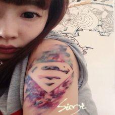 女生手臂水墨超人标志纹身图案