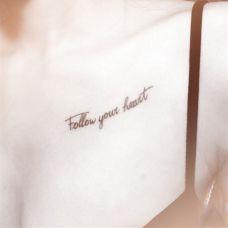 女生胸前字母纹身图案