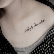 胸前字母纹身图案女生图片
