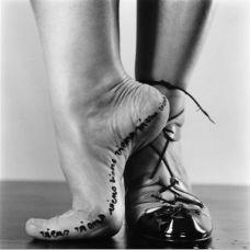 女生脚部字符另类纹身图片