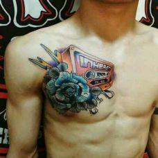 男生胸前磁带玫瑰纹身图案