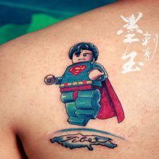 背部彩色超人纹身图案