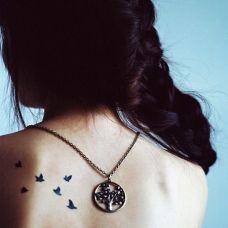 女生背部小清新小鸟纹身图案