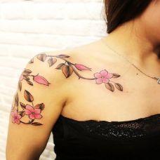 个性的大臂樱花纹身图案