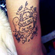 女性手臂个性简约的英文图腾纹身图案