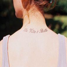 欧美女生颈部一圈可爱的英文纹身图案