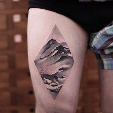 蜿蜒山脉,大腿个性水墨山水画纹身图案
