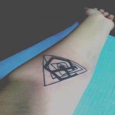 手臂个性三角纹身图案