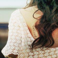 长发美女背部性感英文纹身图案