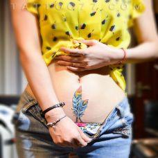 女生腹部性感的羽毛纹身图案