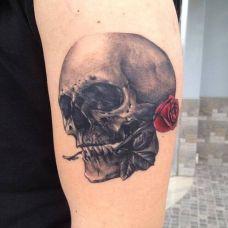 手臂个性的玫瑰骷髅纹身图案