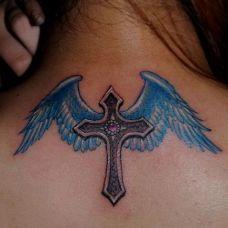 背部蓝色翅膀十字架纹身图片