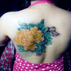 背部黄色牡丹纹身图案