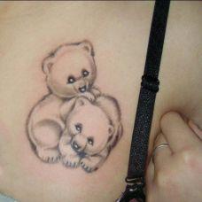 背部卡通小熊纹身图片
