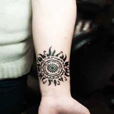 手臂太阳图腾纹身图片