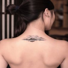 云山缈缈雨含烟,颈部水墨山水图腾纹身