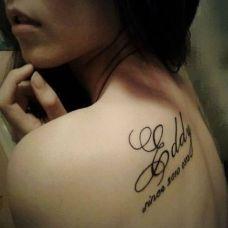 背部性感英文字母小纹身图片