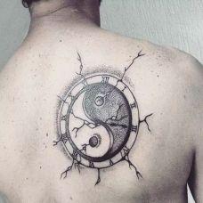 背部太极八卦图纹身图片