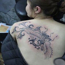 女生背部凤凰图腾纹身图片