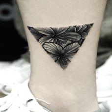 自然清新,小腿花蕊三角形清新纹身