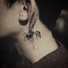 黄蜂尾后针,颈部泼墨黄蜂个性纹身