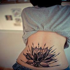 后腰另类莲花纹身图案