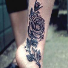 脚踝黑色玫瑰花纹身图案