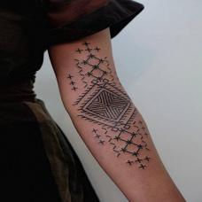 手臂另类的图腾纹身
