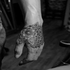 手背黑白另类梵花图腾纹身