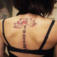 女生背部莲花文字纹身图案