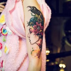 美女手臂乌鸦纹身图案
