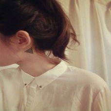 女生颈部三角形纹身图案