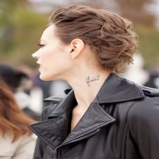 欧美女生随意时尚英文纹身图案