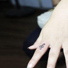 手指时尚音符刺青